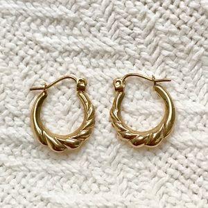 Solid 10k gold scalloped hoop earring .7 grams